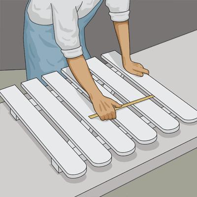 Lägger ut spjälorna löst på ramen och bestäm avståndet mellan varje spjäla.