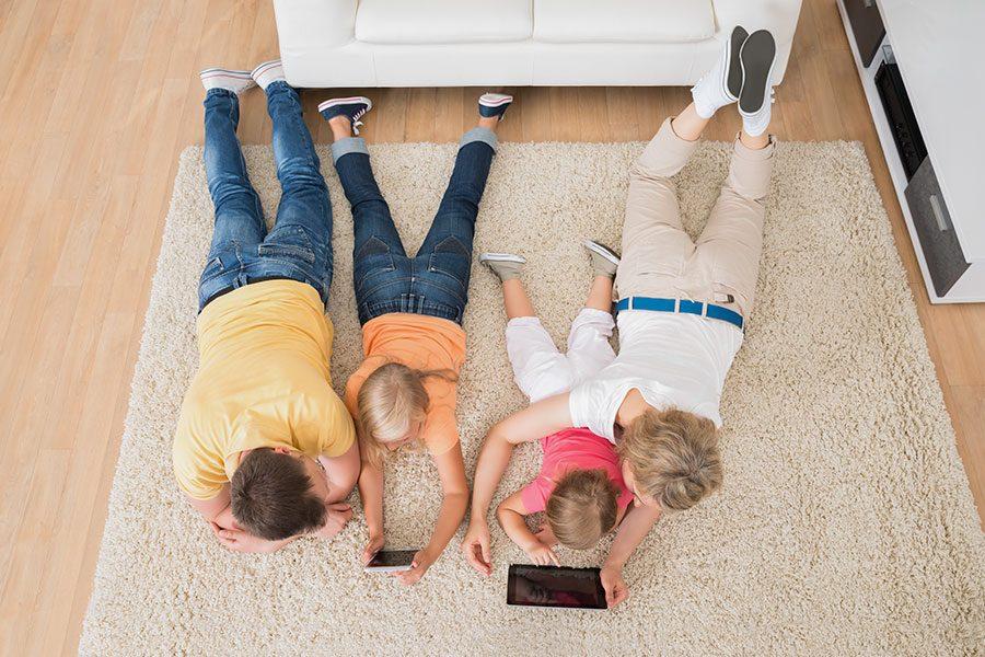 barn-leker-i-vardagsrum-med-foraldrar.jpg