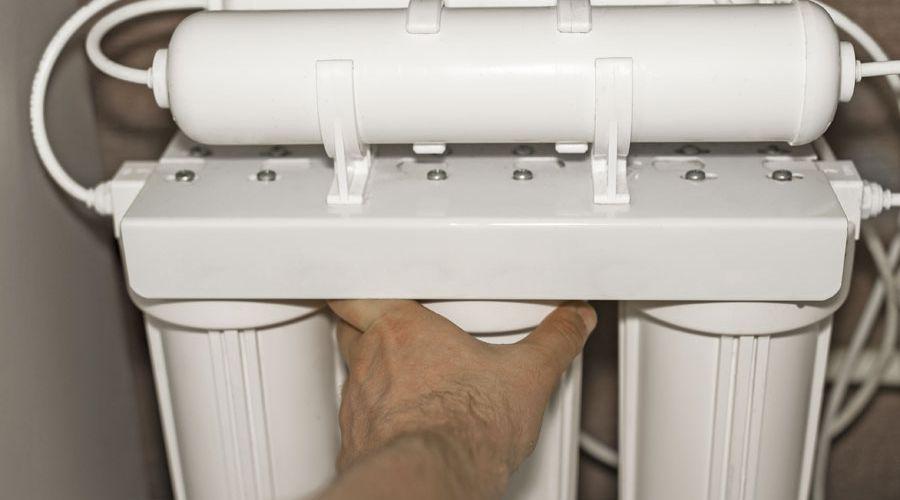 installerar-vattenfilter.jpg