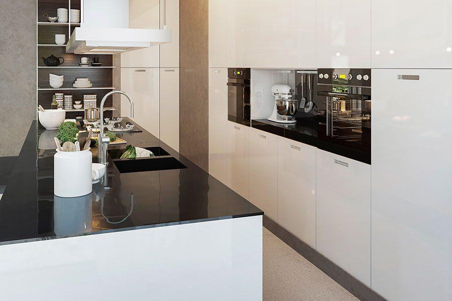 kok-modern-stil-vita-luckor-svart-bankskiva.jpg