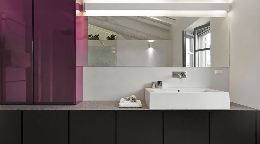 lekfullt-badrum-lila-svart-vitt.jpg
