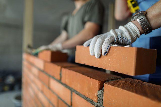 murare-murar-med-tegelsten-och-pratar-yrkessprak.jpg