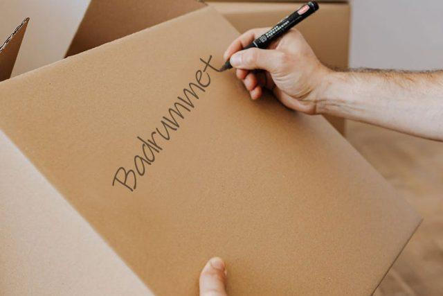 packar-och-skriver-pa-lada-infor-flytt.jpg