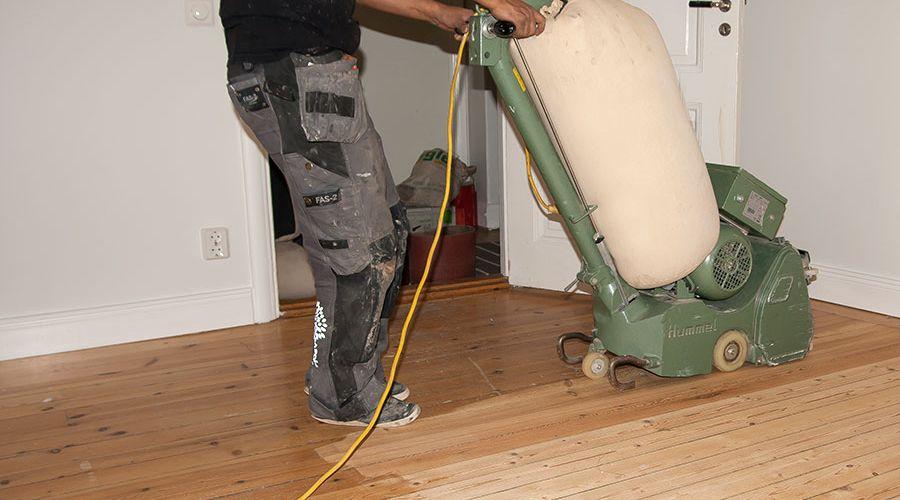 slipning-av-golv-med-golvslipmaskin.jpg